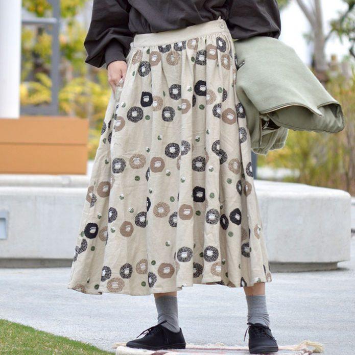 トップジミーのレディースコーディネート画像 マーブルシュッド (marble SUD) EMB ツバキライン Skirt 刺繍入り ギャザースカート 07AF065028