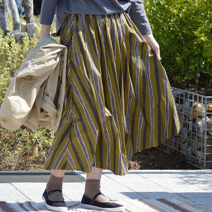 トップジミーのレディースコーディネート画像 ル グラジック (LE GLAZIK) バティックフレアスカート ミモレ丈ギャザースカート JL-5076BTK