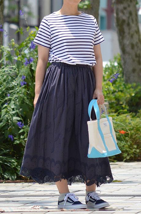 トップジミーのレディースコーディネート画像 クジラの刺繍が可愛いスカートを合わせたマリンテイストな着こなし